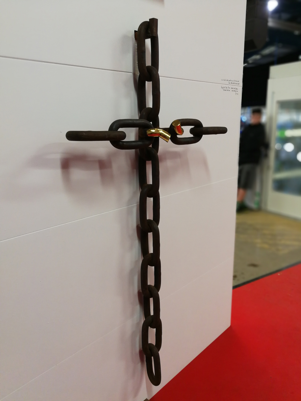 chain links forming a cross with the central one broken