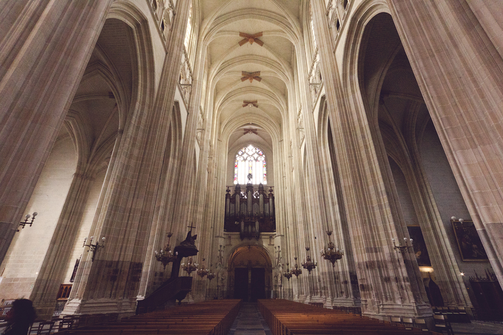 A photo looking down the nave of Nantes Cathedral